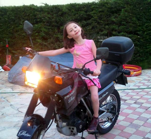 Raphaelle sur la moto de maman